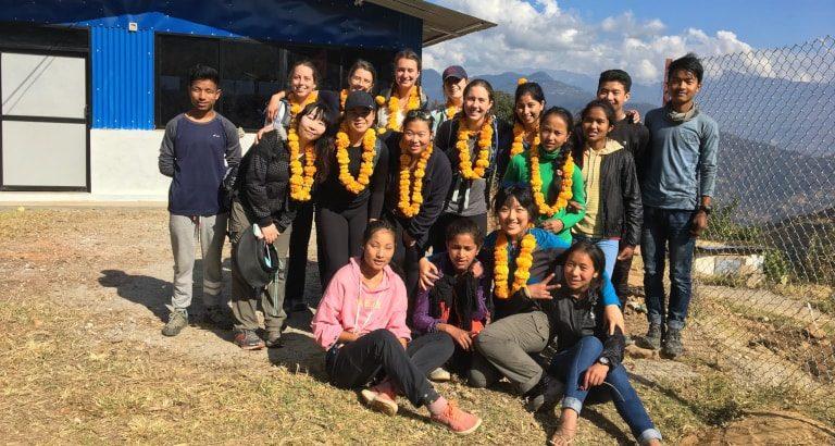 Photo de groupe devant la bibliothèque de Batase au Népal