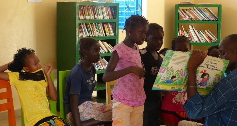 Photo de filles a un atelier de lecture dans la MDE de FAP au Senegal