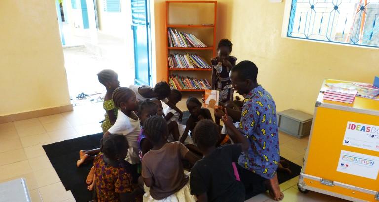 Photo de petites filles a un atelier de lecture dans la MDE de FAP a Ziguinchor
