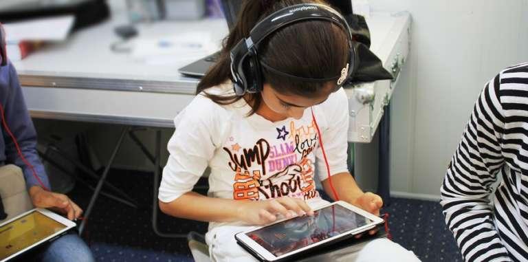 Photo d'enfants utilisant des tablettes de l'Ideas Box au Hashmi Community Center de Amman
