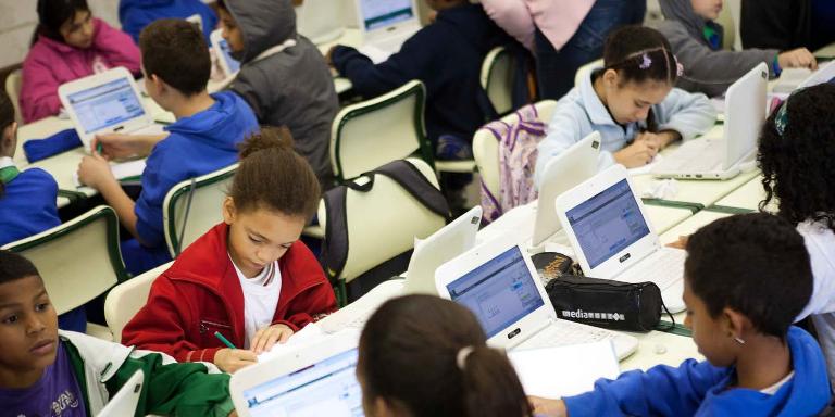 Photo d'enfants avec des ordinateurs travaillant sur la Khan Academy