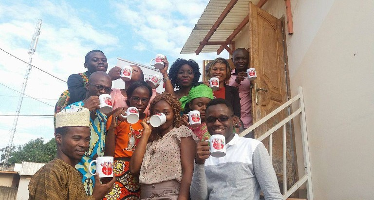 Photo Jeunes Leaders Cameroun avec mugs BSF Campus