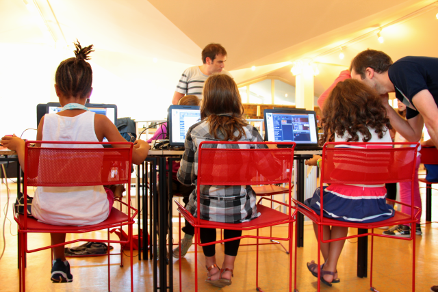 Photo petites filles devant ordinateurs atelier ecole du code