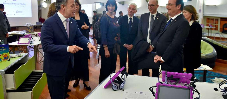 Visite de l'Ideas Box à Bogota le 23 janvier 2017 par le Président de la République colombienne, Juan Manuel Santos, et le Président de la République française, François Hollande. Crédit photo : Efraín Herrera - SIG - SIG