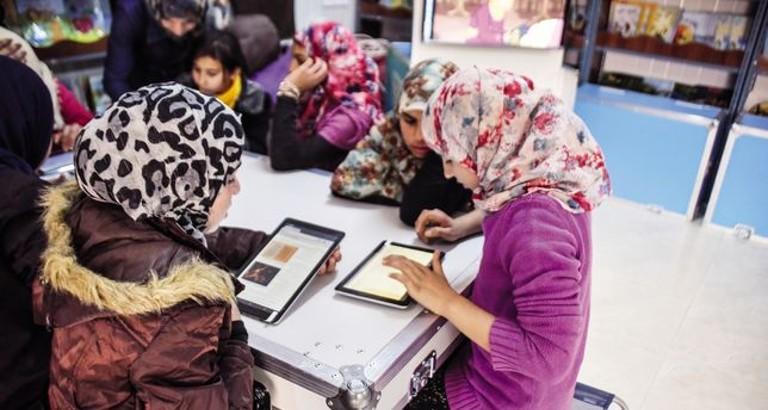 Photo de jeunes filles syriennes avec des tablettes