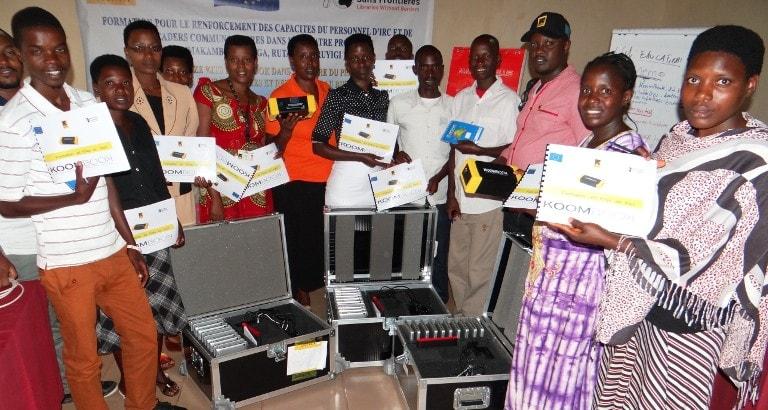 Leaders communautaires et personnel d'IRC avec KoomBook à Muyinga