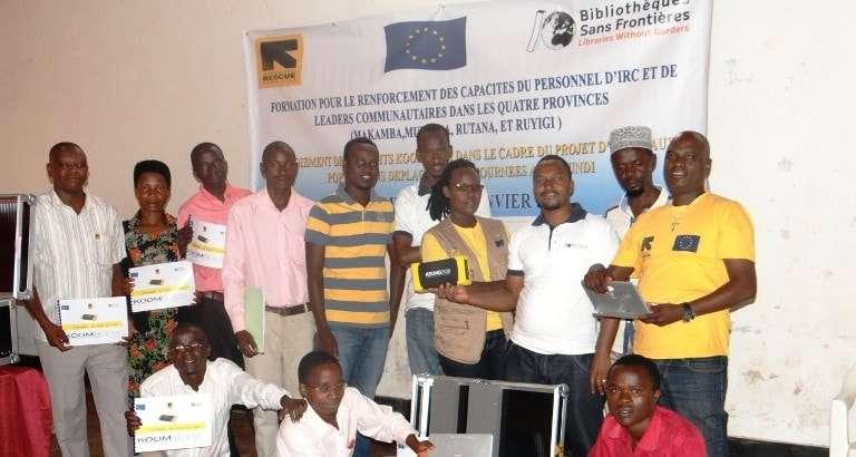 Leaders communautaires et personnel d'IRC avec KoomBook à Ruyigi