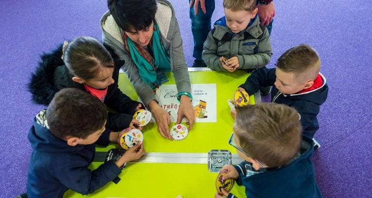 Photo d'enfants faisant des jeux avec une animatrice à Calais