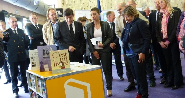 Photo de Patrick Kanner, Patrick Weil et Bénédicte Frocaut devant l'Ideas Box à Calais