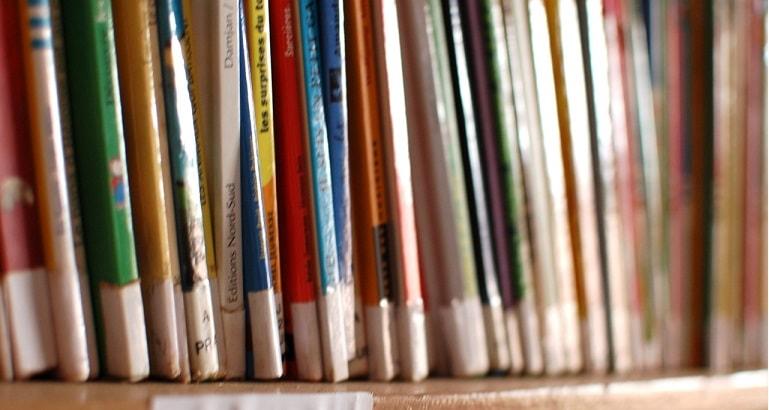 Photo d'une rangée de livres de bibliothèque