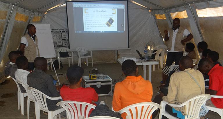 Photo montrant des hommes qui sont formeés au KoomBook au Rwanda
