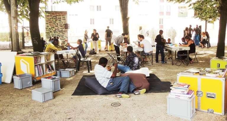 Photo de familles dans l'espace Ideas Box en extérieur