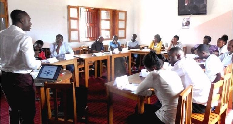 Photo d'une formation donnée par un animateur du Street CLAC à Yaoundé au Cameroun
