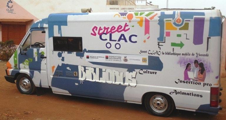Photo du bibliobus Street CLAC dans les rues de Yaoundé au Cameroun