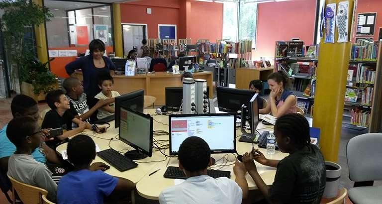 Photo d'un atelier Voyageurs du Code dans une bibliothèque