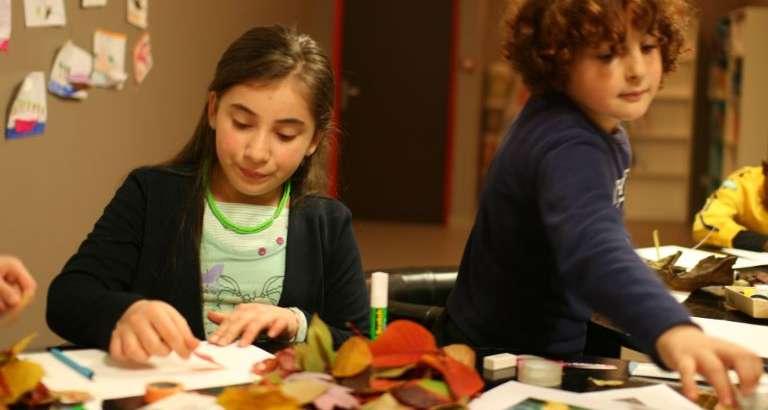 Photo de deux enfants qui dessinent dans un hôtel social du Samu Social à Paris