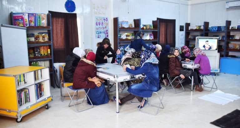 Photo de réfugiées syriennes qui utilisent l'Ideas Box dans le camp de Zaatari en Jordanie