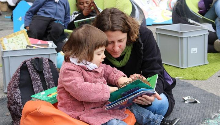 Photo d'une enfant lisant avec sa maman dans un espace Ideas Box à Marseille