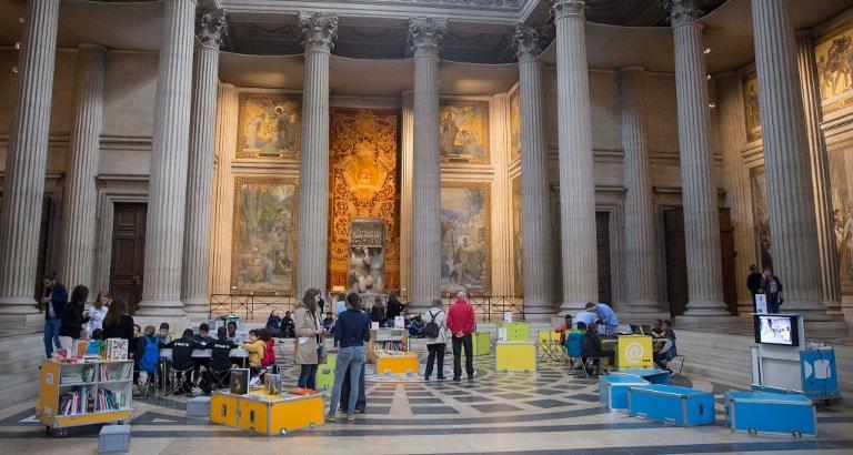 Photo d'enfants dans l'espace Ideas Box déployé au Panthéon
