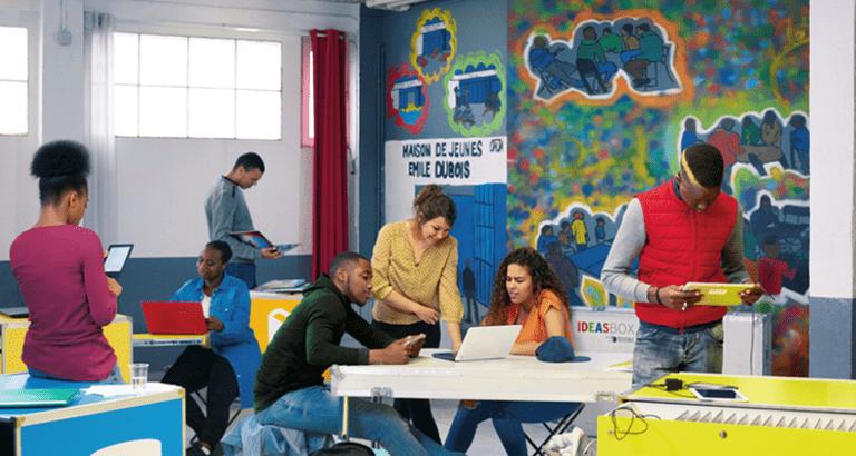 Photo de jeunes utilisant une Ideas Box