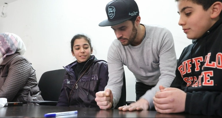 Photo d'un rappeur animant l'atelier hip-hop en Jordanie
