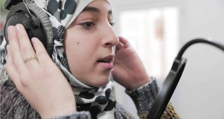 Photo d'une jeune fille chantant lors de l'atelier hip-hop en Jordanie