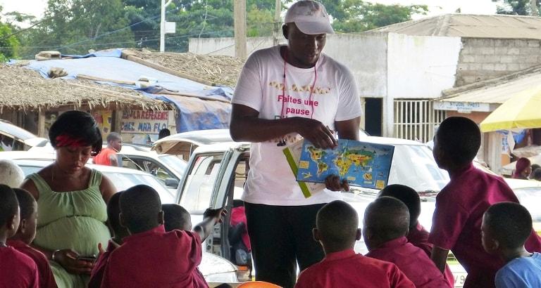 Photo d'un atelier lecture avec le bibliobus à Yaoundé