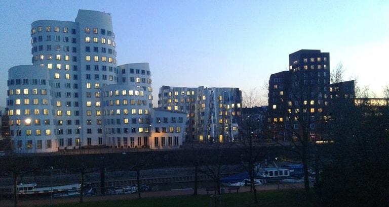 Photo d'un immeuble insolite à Düsseldorf en Allemagne à la tombée de la nuit