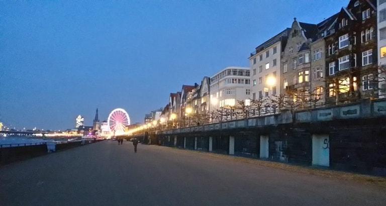 Photo d'un quai à la tombée de la nuit à Düsseldorf en Allemagne