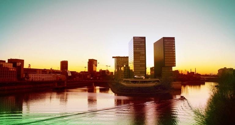 Photo du Rhin et d'immeubles modernes à Düsseldorf à l'aube