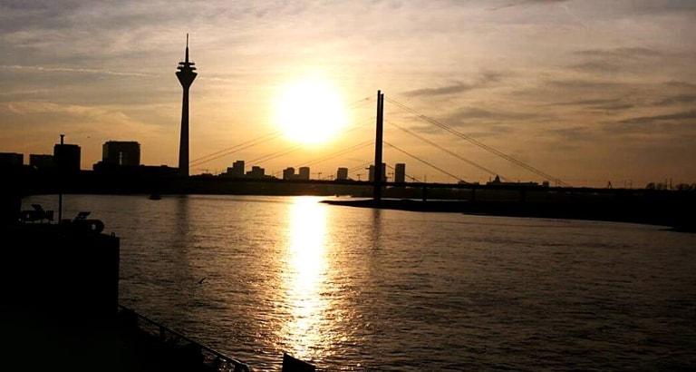 Photo du Rhin et de Düsseldorf au couché du soleil