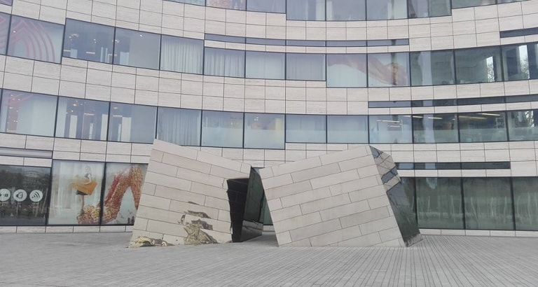 Photo d'une sculpture à l'extérieur d'un bâtiment à Düsseldorf