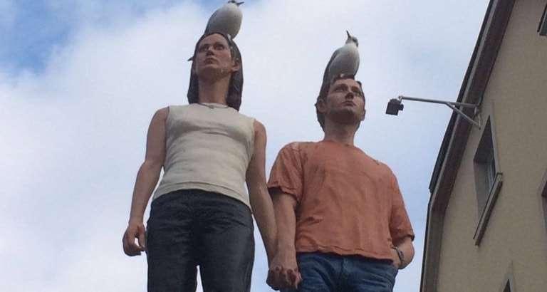 Photo d'une statue de couple avec des oiseaux sur la tête à Düsseldorf