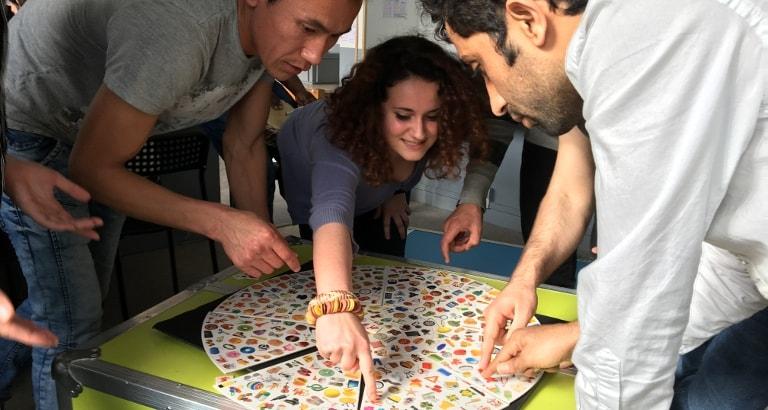 Photo de jeunes jouant à un jeu de société sur l'Ideas Box