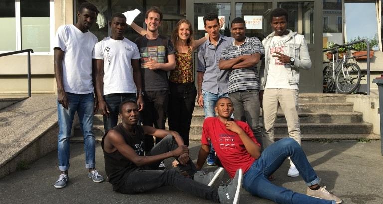 Photo d'un groupe de jeunes posant devant le centre d'hébergement d'Ivry