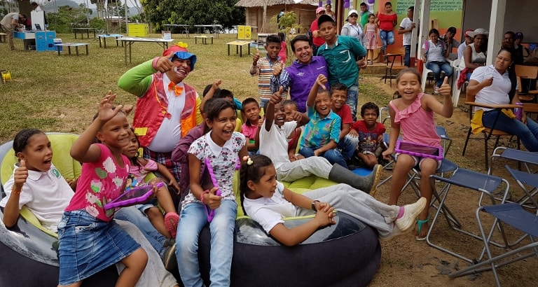 Photo d'enfants colombiens assis dans les fauteuils de l'Ideas Box