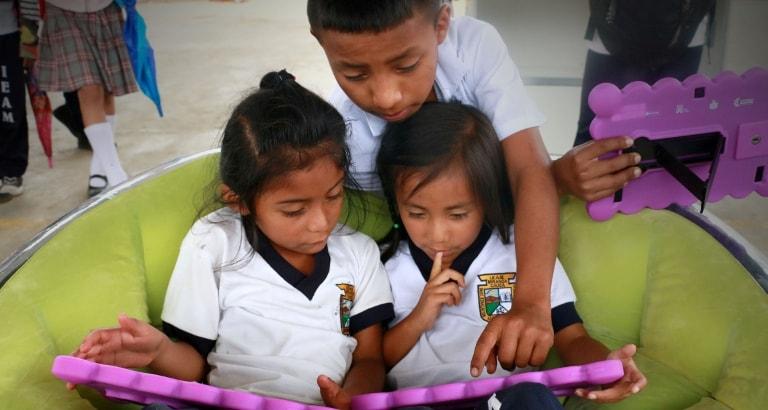 Photo d'enfants sur leurs tablettes en Colombie