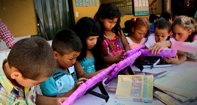 Photo d'enfants sur les tablettes de l'Ideas Box en Colombie