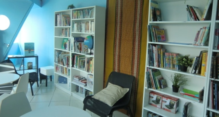 Photo des étagères de livres de la Plateforme Enfants du Monde à Bobigny