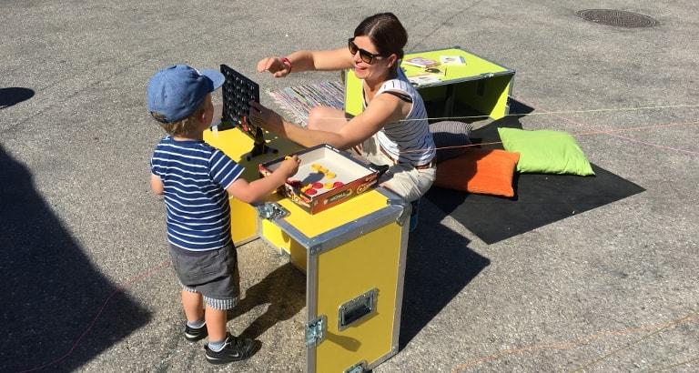 Photo d'une mère et son fils jouant au puissance 4 sur l'Ideas Box à Stockholm
