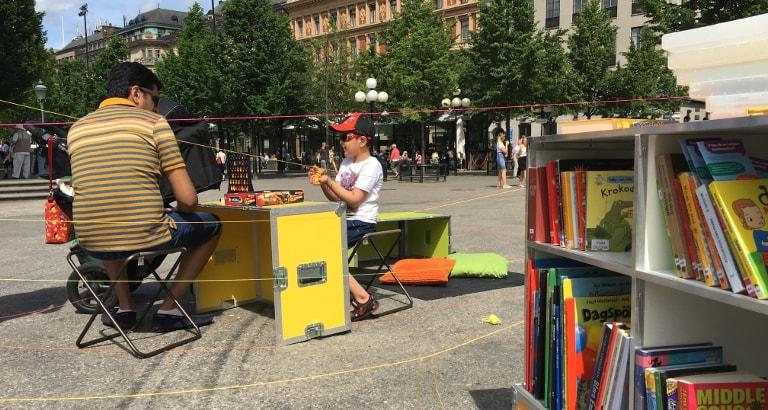 Photo d'un père et son fils jouant au puissance 4 sur l'Ideas Box à Stockholm