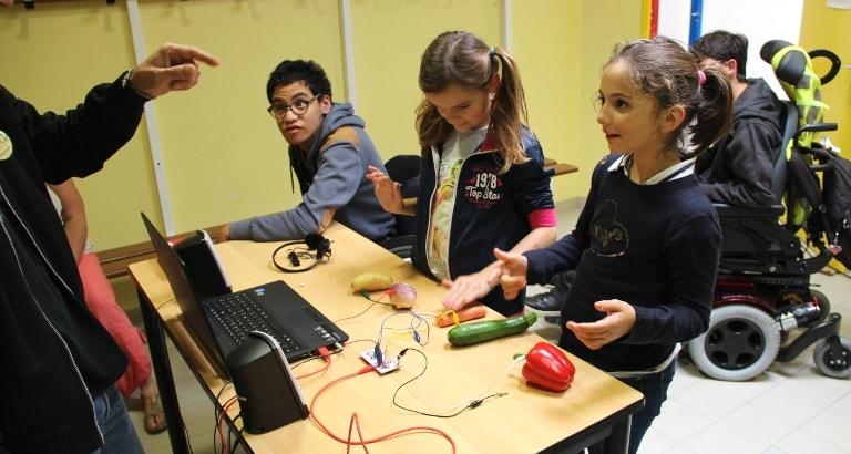 Photo de trois enfants lors de l'atelier Makey-Makey