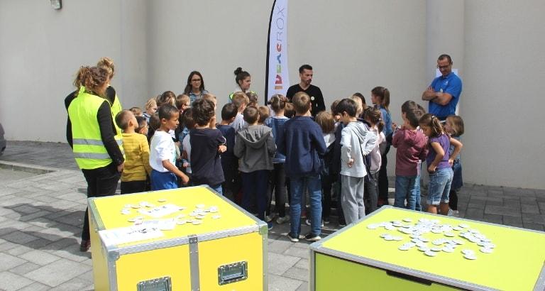 Photo des enfants d'un centre de loisirs à Pipriac aux côtés de l'Ideas Box