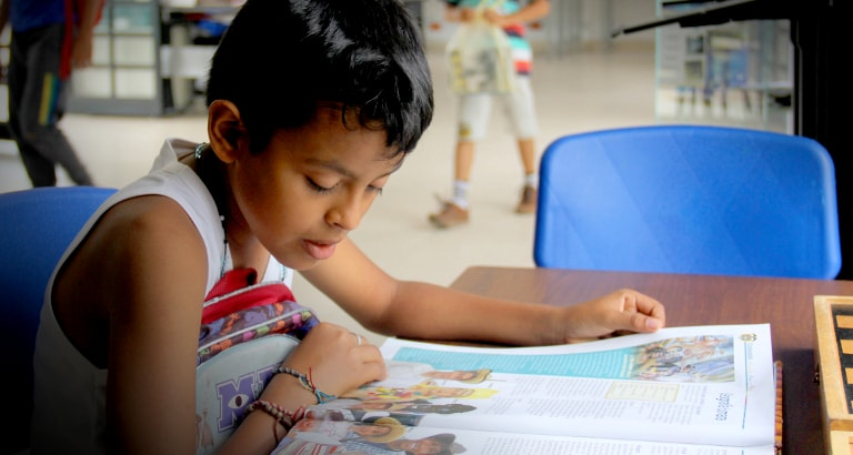 Photo d'un enfant colombien faisant ses devoirs