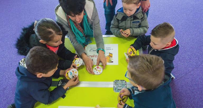 Photo de jeunes qui jouent sur l'Ideas Box