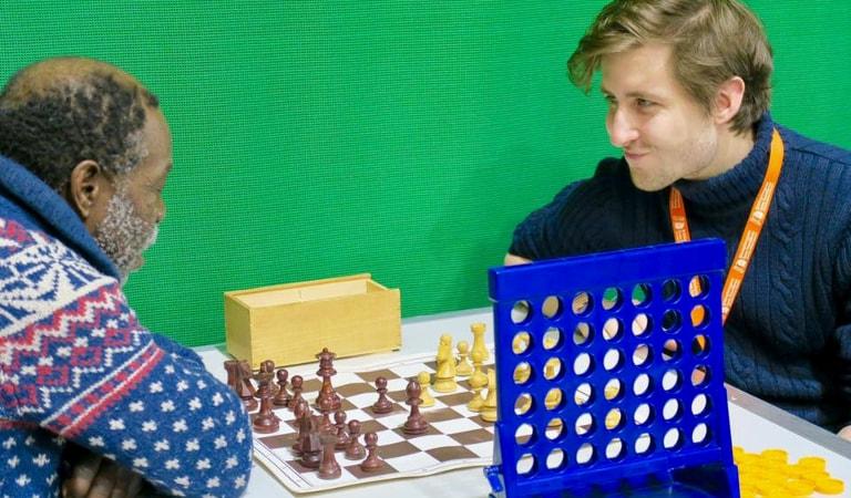 Photo de deux hommes jouant aux échecs