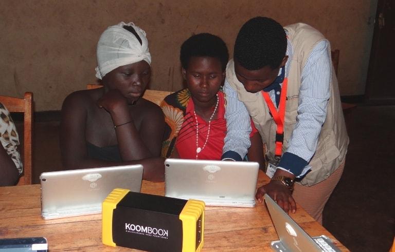 Photo d'un atelier Koombook avec des mineures au Burundi