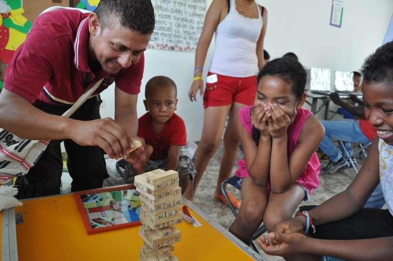 Photo de Colombiens qui jouent au Jenga