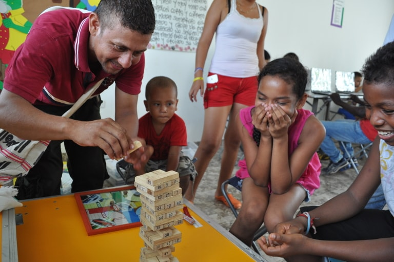 Photo de Colombiens qui jouent au Jenga