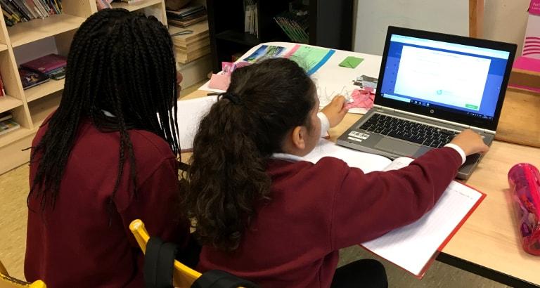 Deux élèves utilisant Khan Academy